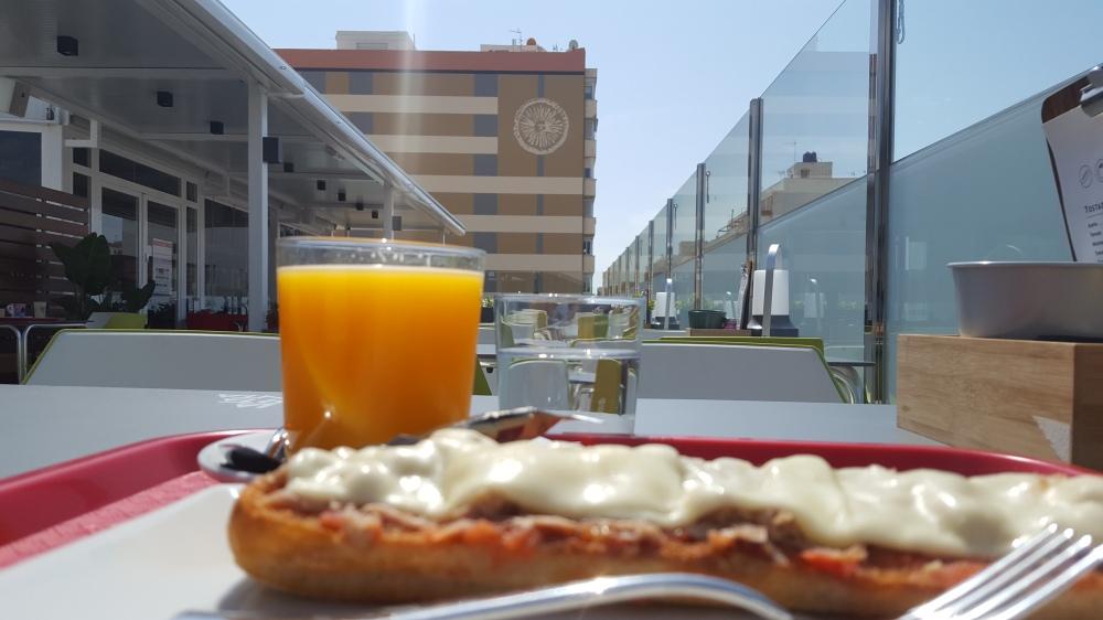 Tostada de tomate, atún y queso de La Cuarta Planta.