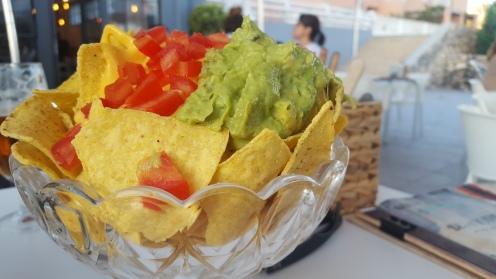 Ración de nachos con guacamole