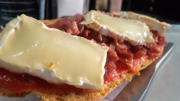 Tostada de jamón y queso brie.