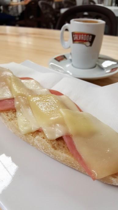 Tostada de york y queso con mantequilla.